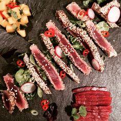 Tunfisk med sesamfrø og mangosalsa bestående av mango, lime, chili, koriander og avokado