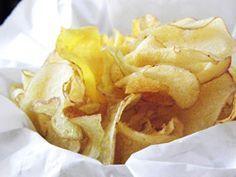 Procurando por receitas de Acompanhamentos? Então experimente Chips de Jiló, uma receita de Acompanhamentos que você não vai mais tirar do seu cardápio.