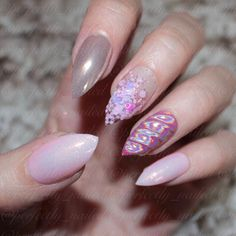 Beautiful unicorn horn pink glitter nails.
