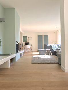 Moderne woonkamer met een mooie licht eiken parketvloer. #tida #parket #tidaparket #parketvloer #idee #inspiratie #keuken #stalen #deuren #keuken #vloerverwarming #huisontwerp #vloerafwerking #pvc #lamel #licht Natural Oak Flooring, Living Room Inspiration, Home And Living, Minimalism, New Homes, Interior Design, Furniture, Home Decor, Houses