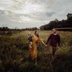 Mustard yellow and maroon. Fall Family Picture Outfits, Family Picture Poses, Fall Family Pictures, Family Photo Sessions, Family Outfits, Young Family Photos, Fall Family Portraits, Family Portrait Poses, Family Posing