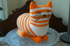 Et tøjdyr, som de mindste vil elske. Katten er ikke svær at strikke og bliver fin i akrylgarn. Ansigtet kan gøres personligt ved at brodere eller male de træk, man ønsker.