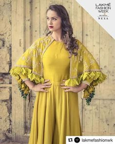 Complement an occurrence look utilizing a gorgeous shrug and get a glamorous outfit. Simple Lehanga, Shrug Pattern, Shrug For Dresses, Glamorous Outfits, Lakme Fashion Week, Crochet Cardigan, Indian Designer Wear, Ladies Dress Design, Indian Fashion