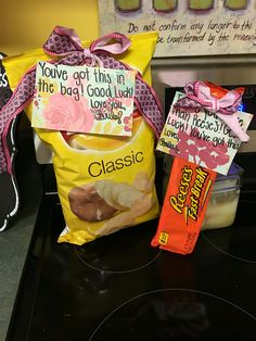 Good luck goodie bag, but with a bag of apples. Gymnastics Gifts, Cheerleading Gifts, Volleyball Gifts, Basketball Gifts, Volleyball Locker Decorations, Cheerleader Gift, Volleyball Ideas, Cheer Sister Gifts, Secret Sister Gifts