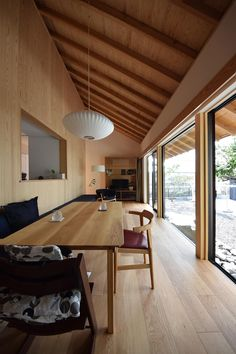 this design has so much natural light! love the huge windows Modern Japanese Interior, Japanese Modern, Japanese House, Interior Styling, Interior Decorating, Wooden Buildings, House Goals, Modern Room, Minimalist Home