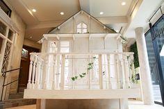 happilyフォトスタジオ:撮影ルーム:Small house。ご来店いただくと、まず目に入る存在感のある純白の小屋。
