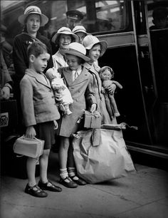 young evacuees from WWII . Vintage Pictures, Old Pictures, Old Photos, Vintage Girls, Vintage Children, Black White Photos, Black And White, The Blitz, World History
