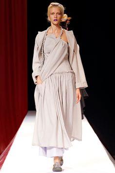 Yohji Yamamoto Spring 2012 Ready-to-Wear Fashion Show Urban Fashion, Fashion Art, Runway Fashion, Boho Fashion, Fashion Show, Fashion Brands, Vetements Clothing, Japanese Fashion Designers, Japanese Outfits