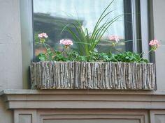 Einen Fenster Blumenkasten können Sie mit Stöcken selber gestalten
