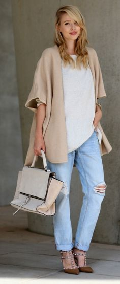 Leonie Sophie's combination of boyfriend jeans and an oversized sweater is definitely an outfit we love this fall!  Sweater: Laura Scott, Jeans: Levis, Cape: Mango, Shoes: Valentino