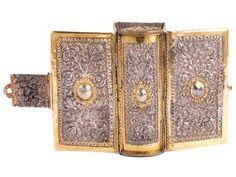"""Höhe: 13,5 cm. Gewicht: 223 g. An der Schließe punziert: Meister """"RP"""" und verschlagene Beschaumarke. Süddeutschland, 18. Jahrhundert. Silber, getrieben,..."""