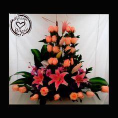 Arreglo Floral Rosas Salmón Este impetuosos detalle tiene la magia del color salmón y 24 motivos más para amar a la persona que tiene ese detalle con usted. Adicionalmente se contrasta con bellos lirios rosados, un detalle con hermosura y claridad para el amor de su vida.