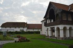 Cât costă și unde te poți caza la un castel în România • Aventurescu Mansions, House Styles, Home Decor, Hunting, Decoration Home, Manor Houses, Room Decor, Villas, Mansion