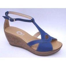 Sandália anabela em couro atanado Azul. La Vile Calçados em couro legítimo. Calçados que produzimos através de encomendas do nº 30 ao nº 33 www.lavile.com.br