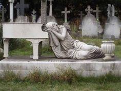 1. Curiosa tumba de una pianista.                                                                                                                                                                                 Más