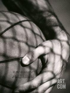 Art.fr - Photographie 'Main tenant un ballon de basket-ball'