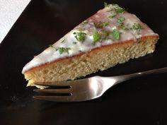 Citroen amandel taart met een glazuur van mascarpone, gember en verse munt.