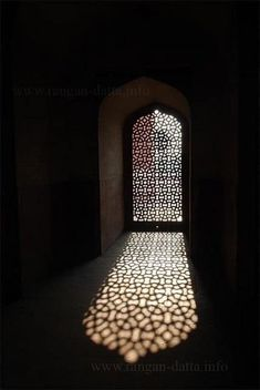 Texture - I want one of these doors in my house Islamic Architecture, Architecture Design, Cultural Architecture, Design Marocain, Wrath And The Dawn, Fotografia Macro, Arabian Nights, Light And Shadow, Islamic Art
