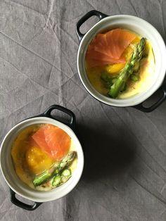 Æg en cocotte med laks og asparges
