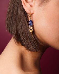 Voici les boucles MAIA bleu nuit et or. À retrouver sur la boutique. Bonne… Seed Bead Jewelry, Seed Bead Earrings, Gems Jewelry, Beaded Earrings, Beaded Jewelry, Beaded Bracelets, Jewellery, Handmade Beads, Handmade Jewelry