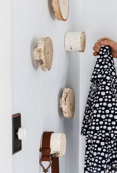 DIY wall hooks for organizing and decorating- DIY Wandhaken zum Ordnen und Dekorieren DIY Wall chopping of wood disc to-Rank-and-Dekorieren_coole-idea-for-wardrobe-in-corridor - Diy Wand, Diy Haken, Diy Wall Hooks, Diy Hangers, Wooden Wall Hooks, Diy Coat Rack, Coat Racks, Coat Storage, Coat Hanger