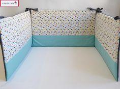 Tour de lit en coton composé de 3 panneaux de 67 cm x 39 cm environ.  Des liens en coton sont cousus sur les deux coins supérieurs de chaque panneau pour pouvoir fixer le tour a - 20350567