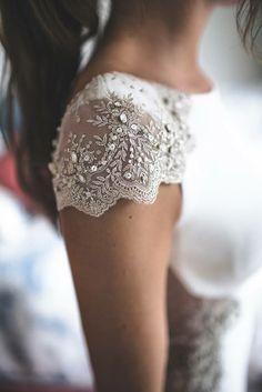 #Detalles de #vestido de #novia. Embroidery Fashion, Couture Embroidery, Dress Up, High Fashion, Womens Fashion, Wedding Gowns, Lace Wedding, Lace Shorts, Lace Tops
