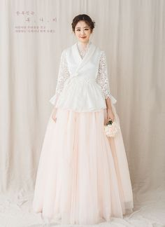 Korean bride in modern hanbok Korean Traditional Clothes, Traditional Fashion, Traditional Dresses, Hanbok Wedding, Muslimah Wedding Dress, Wedding Dress Trends, Wedding Dresses, Korea Dress, Modern Hanbok