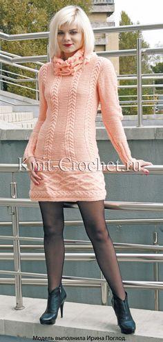 Платье с рельефными узорами на спицах.