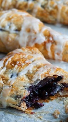 Crispy and delightful blueberry turnovers. Phyllo Dough Recipes, Pastry Recipes, Cooking Recipes, Blueberry Turnovers, Köstliche Desserts, Delicious Desserts, Dessert Recipes, Yummy Food, Brunch Recipes