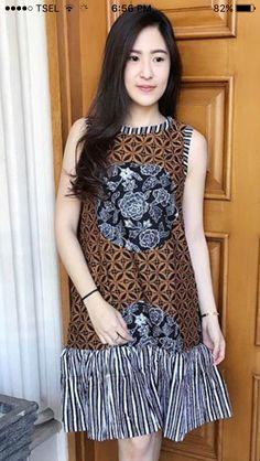 Traditional Dresses Designs, Traditional Fashion, Traditional Outfits, Model Dress Batik, Batik Dress, Older Women Fashion, Girl Fashion, Fashion Dresses, Mode Batik
