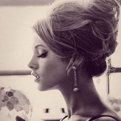 Lana Del Ray ~ perfect hair this woman is bringing beautiful back Romantic Hairstyles, Vintage Hairstyles, Up Hairstyles, Pretty Hairstyles, Wedding Hairstyles, Vintage Updo, Retro Updo, Wedding Vintage, Retro Hair