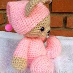 cute teddy amigurumi pattern in spanish Crochet Teddy, Crochet Bear, Cute Crochet, Crochet Animals, Crochet Crafts, Crochet Dolls, Yarn Crafts, Yarn Projects, Knitting Projects
