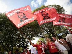 Manifestantes em Maceió agitam bandeiras com foto de Lula e a inscrição: 'Mexeu com Lula, mexeu comigo' (Foto: Jonathan Lins/G1)
