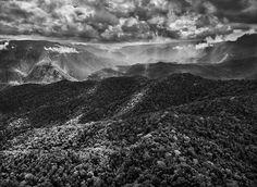 Gênesis | Perto da fronteira do Brasil com a Venezuela, a floresta amazônica dá lugar, de repente, à cadeia de montanhas do Imeri. Amazonas, Brasil. 2009.