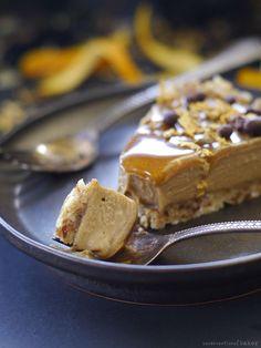 raw vegan orange caramel tart (also gluten-free, grain-free, and refined sugar-free) via Raw Desserts, Gluten Free Desserts, Healthy Desserts, Raw Vegan Recipes, Tart Recipes, Dessert Recipes, Vegan Food, Raw Cake, Vegan Cake
