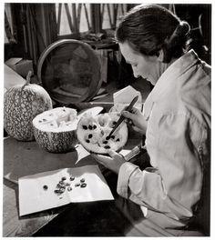 Grains de cucurbitacés au Laboratoire des cultures, Muséum 1943 by Robert Doisneau