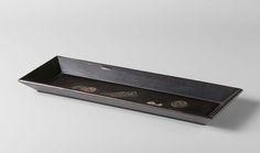 Anonymous | Langwerpig bakje van verlakt hout, Anonymous, 1800 - 1900 | Versierd met Chinese munten en een magatama. Voorzien van een niet authentiek zegel van Ritsuo.
