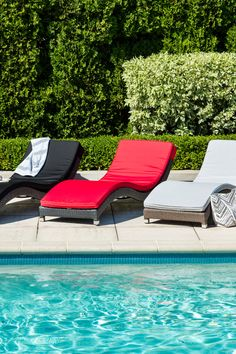 Chaise longue en aluminium et rotin synthétique. ... Lounge chair aluminum and synthetic wicker with cushions.
