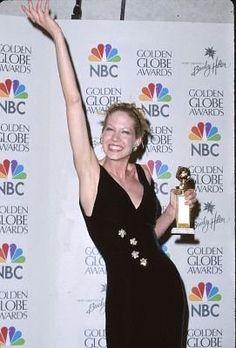 Jenna Elfman with her Golden Globe Award