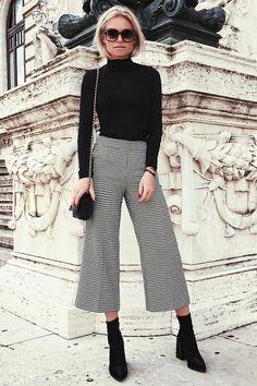 Blusa de cola alta preta, calça pantacourt cinza, ankle boot preta