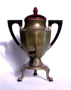 """Distributore di caffè in stile Art Déco. Sembra un samovar però la sua funzione non è di riscaldare l'acqua per il tè. Serve invece a tenere in caldo il caffè """"all'americana"""" ovvero il caffè filtrato. Fatto di alluminio, l'apparecchio ha due eleganti maniglie art déco in legno laccato di nero e un coperchio di vetro color ametista. #vintage #caffè"""