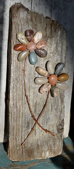 Love the idea for DIY rustic art with pebbles for home decor /istandarddesign/ diy beginner diy pallet diy projects diy rustic diy woodworking Beach Crafts, Diy Home Crafts, Easy Home Decor, Rock Flowers, Beach Flowers, Flowers Garden, Art Rustique, Deco Nature, Driftwood Crafts