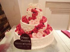 いいね!94件、コメント1件 ― 喜年日.comさん(@kinenbi_producer)のInstagramアカウント: 「⁑ 【以前担当させて頂いたお客様をご紹介します】 ⁑ ⁑ 螺旋状になった苺 間にあるバラ とにかく可愛いケーキ ⁑ ⁑ #wedding #ウェディング #結婚式 #結婚…」