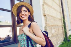 Sunny lifestyle fashion portrait of young stylish hipster woman walking on the street, wearing trendy outfit, straw hat, travel with backpack. Tips For Traveling Alone, Grit And Grace, Hipster Women, Gamine Style, Spring Vacation, Women Of Faith, Trendy Outfits, Sunnies, Short Hair Styles