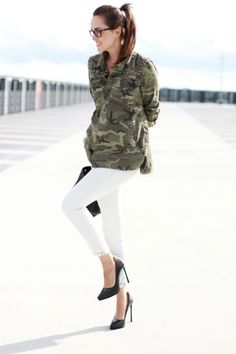 army jacket and white jeans outfit. how to wear a camo shirt/jacket? Camo Fashion, Military Fashion, Womens Fashion, Military Style, Militar Jacket, Denim Blanco, Military Trends, White Jeans Outfit, Denim Outfit