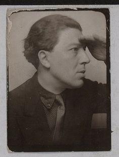 André Breton: Photomaton image, intended for Magritte's 1929 painting «Je ne vois pas la femme cachée dans la forêt»