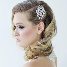 Comb Emmie / Haarkam Emmie / Shop the most beautiful bridal accessoires at: https://www.weddingdeco.nl/accessoires-bruiloft/bruidsaccessoires/