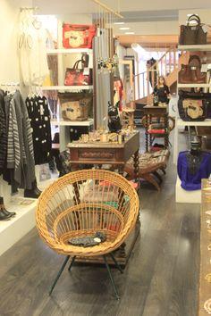 Ambiance épurée pour notre boutique Rue de la Salie à Bayonne #bayonne #boutique #collection #mode #bazardefilles #interditauxhommes #ambiance #déco