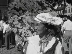 Keti Koti - In 1960 viert Suriname voor het eerst de nationale Dag der Vrijheden, oftewel Keti Koti. Tijdens deze feestdag wordt de afschaffing van de slavernij herdacht.  Minister-president Emanuels houdt op het Oranjeplein in Paramaribo een toespraak, gevolgd door een defilé van verschillende bevolkingsgroepen, schoolkinderen en sportverenigingen langs de Surinaamse ministerraad met waarnemend gouverneur Nachtegaal. Een Javaanse draak en een gamelanorkest gaan voorop in de optocht.